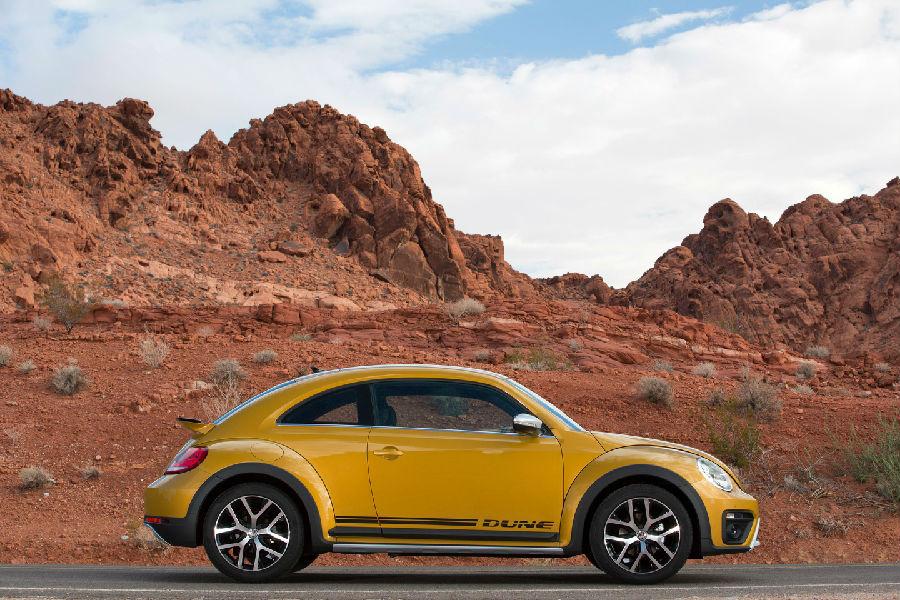 甲壳虫车型从诞生至今已经过78年的风霜洗礼,长期以来它不仅是全球车迷心目中炙手可热的明星,无数动人故事更令甲壳虫由一款传奇车型, 升华为汽车工业史上最为璀璨的标志性文化符号。作为甲壳虫问世以来的第一部跨界车型, 全新甲壳虫Dune 在去年11月的洛杉矶车展首度亮相之后,一阵甲壳虫文化旋风便再度席卷全球,而今日,全新甲壳虫Dune来到了位于素有沙漠绿洲之称的美国加州棕榈泉,正式展开属于它的传奇旅程。  此次全新甲壳虫Dune的试驾路线全程千余公里,由美国娱乐之都拉斯维加斯出发,经由南加州棕榈泉中转,最终沿6