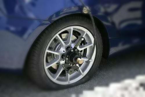 如果轮胎的花纹中卡了大块的石头